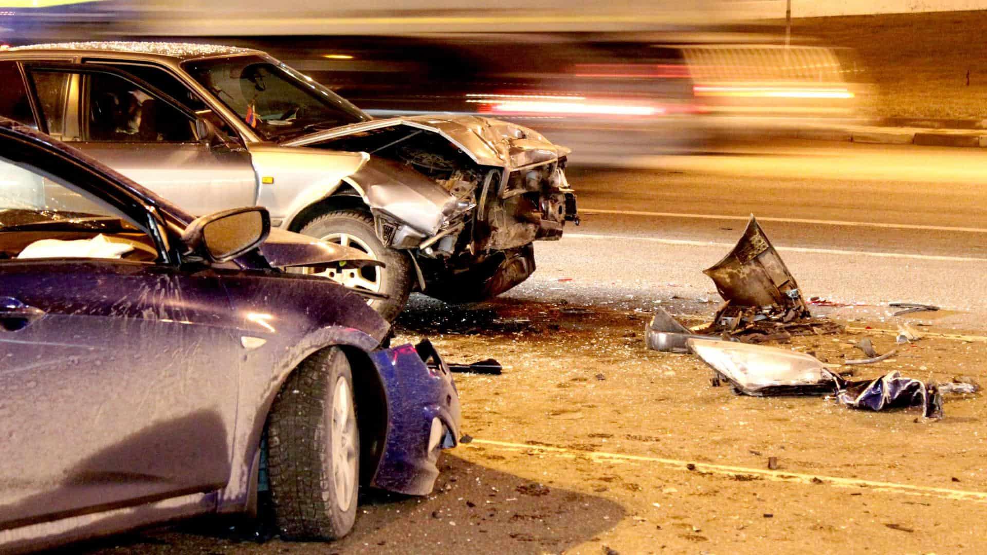 Dvi sudauzytos masinos po autoįvykio kelyje