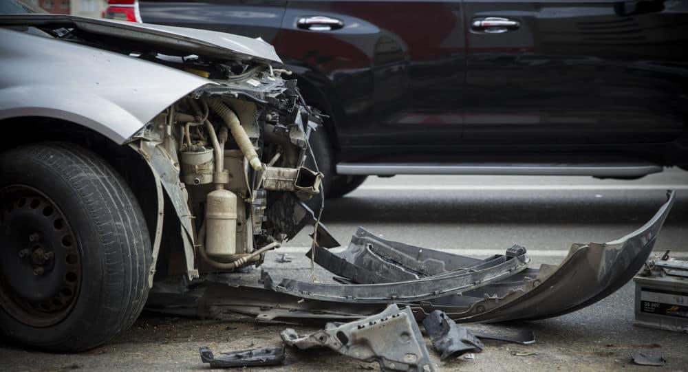 avarinis automobilis po autoįvykio su sudauzytu priekiniu bamperiu ir sulenktu kapotu