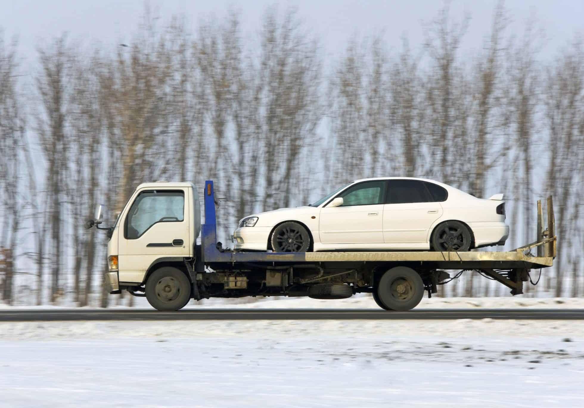Traliukas veža automobilį žiemos metu