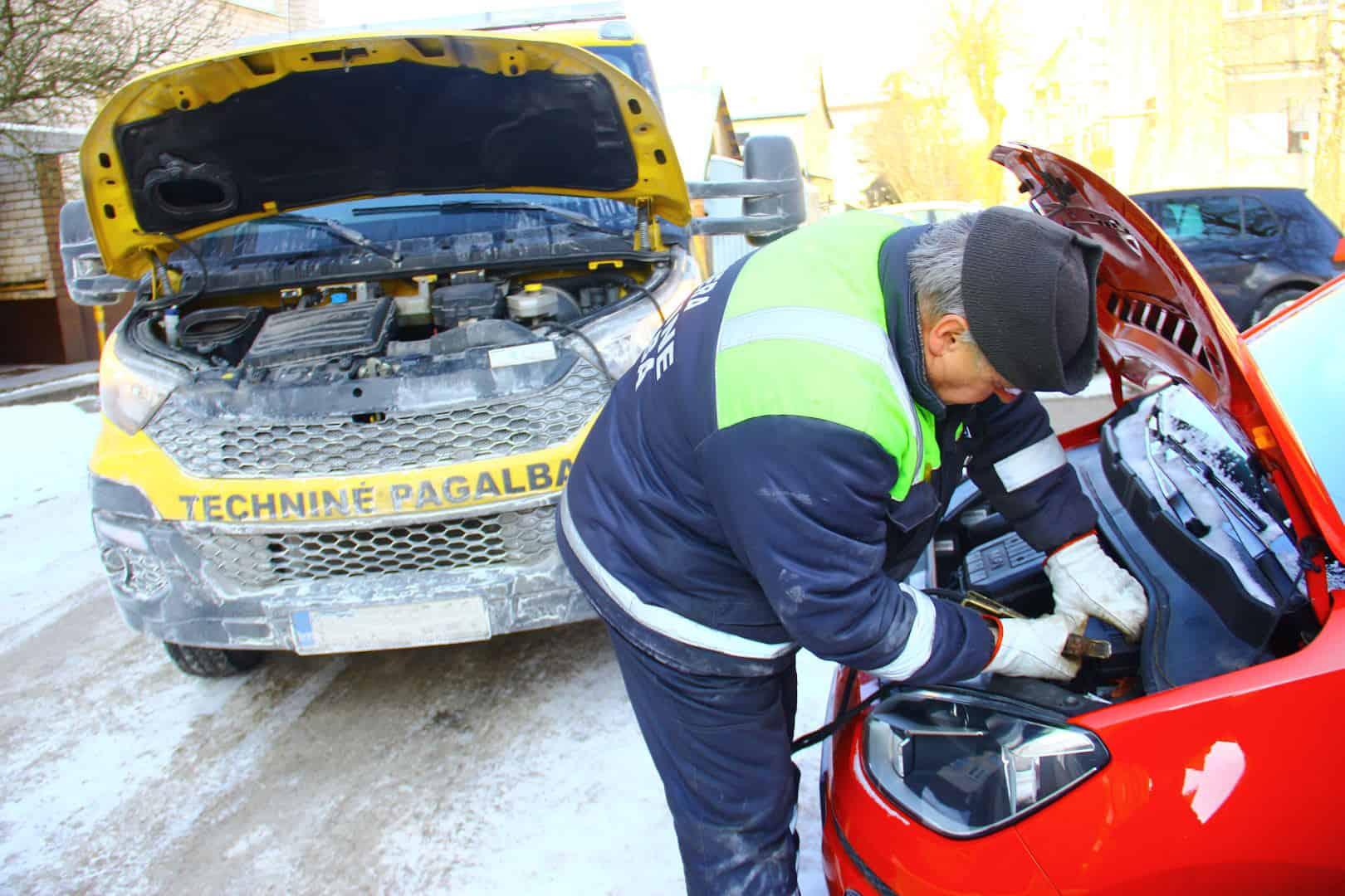 Technines pagalbos specialistas uzveda automobili salta ziema