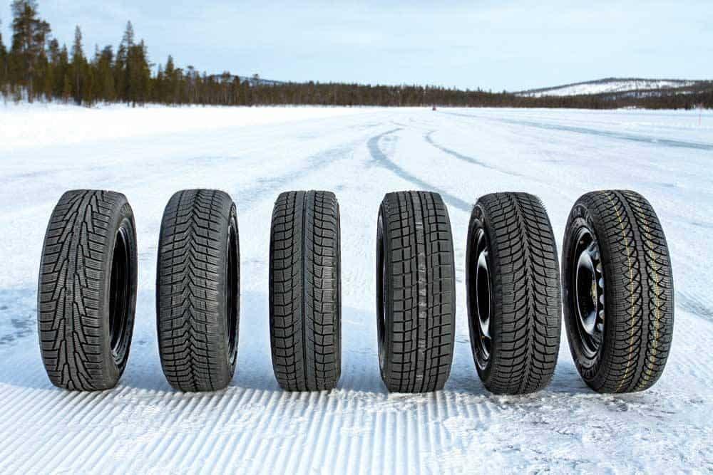 Žieminės padangos visų tipų pastatytos ant apsnigto kelio visų tipų pastatytos ant apsnigto kelio