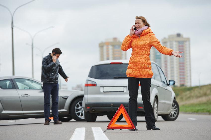Dvieju automobiliu eismo įvykis, vairuotojai kalba telefonais