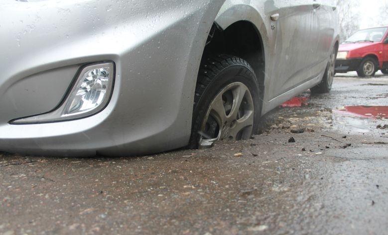 Automobilis įvažiavo į duobę kelyje