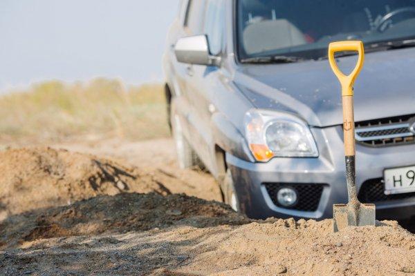 Automobilis įstrigo smėlyje ir kastuvas